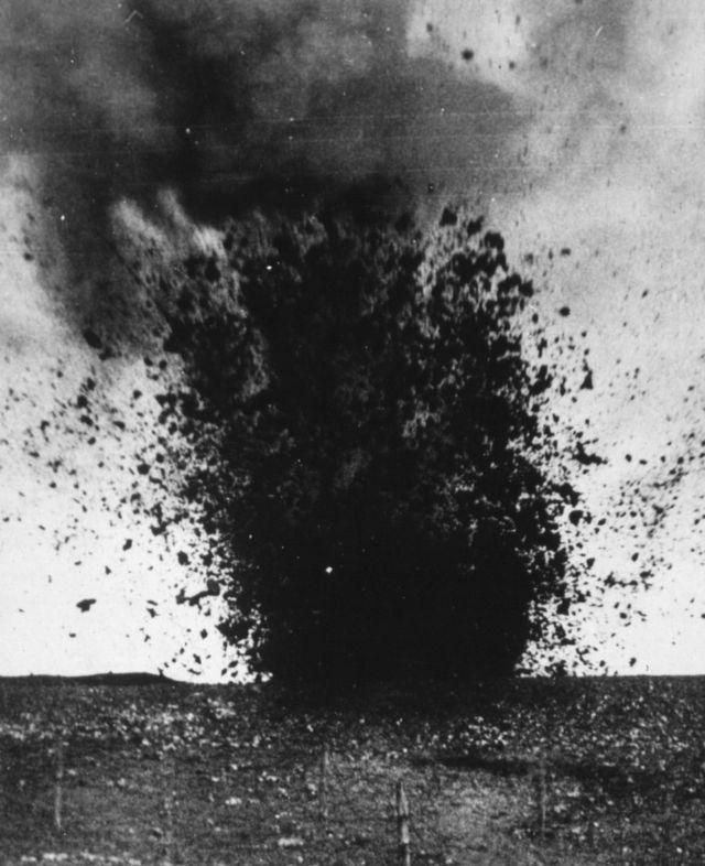 Un obús pesado explotando durante la batalla.