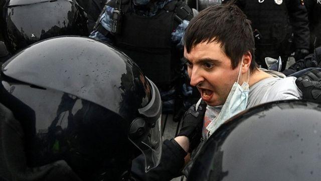 Etirazçını həbs edən polis