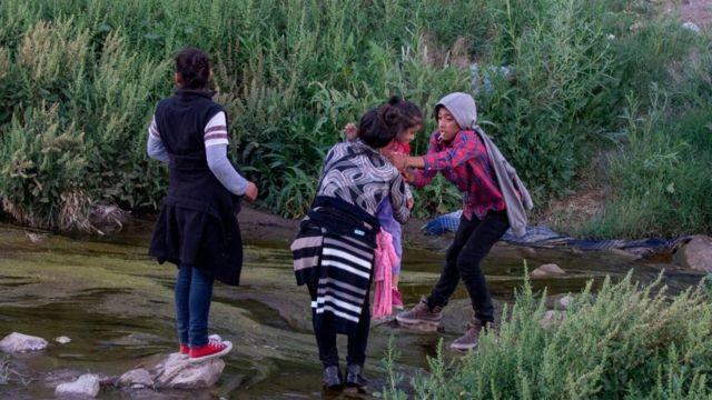 MEXICO-US-BORDER-CROSSING-MIGRANTS Immigrants cross the Rio Grande between Ciudad Juarez, Mexico and El Paso, Texas, on April 29, 2019.