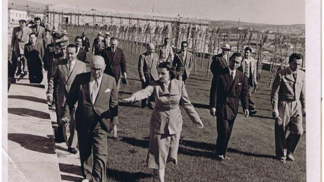 Celal Bayar, Sabiha Hanım önde, dönemin başbakanı Adnan Menderes ile mimarlar Emin Onat ve Orhan Arda (en sağda)