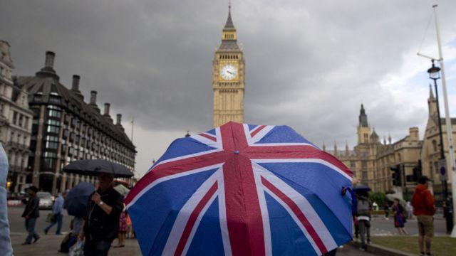Britanska zastava na kišobranu ispred parlamenta