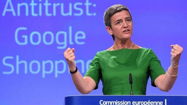 Margrethe Vestager mostrando los puños en una conferencia de prensa