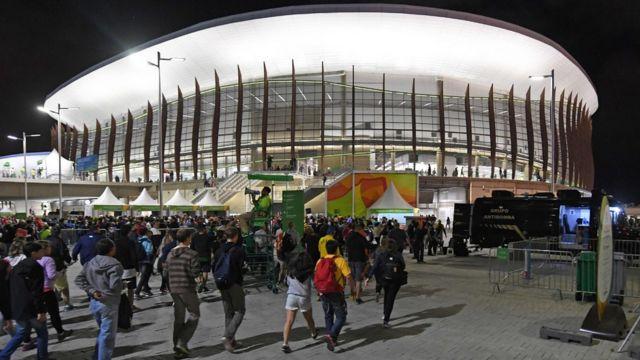 Aficionados ingresan al estadio de baloncesto