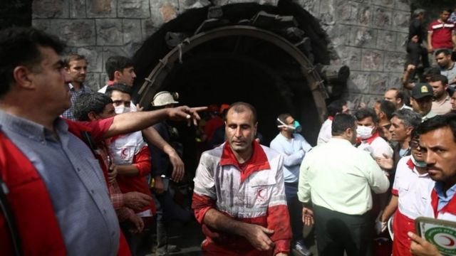 Rescue workers gather at the scene following an explosion in a coal mine in Azadshahr (03 May 2017)