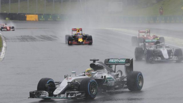 Gran Prix Brasil berlangsung dalam kondisi kuyup akibat hujan deras, mengakibatkan banyak tabrakan.