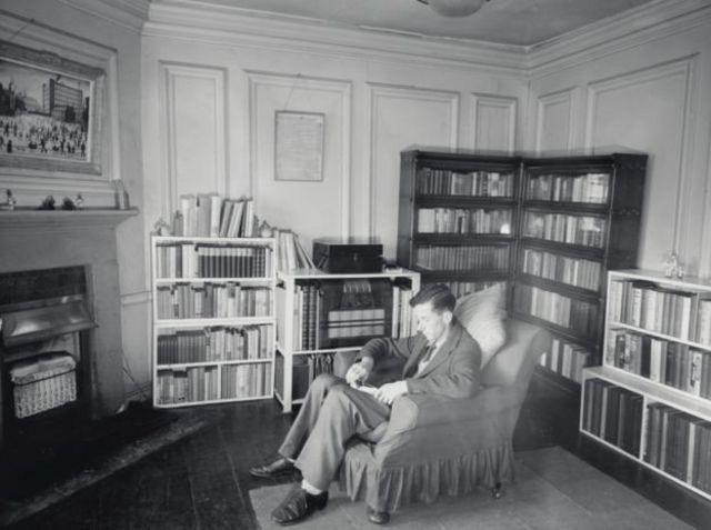 Lukisan Lowry (atas kiri) dipajang di akomodasi Dr Hamilton di University of Oxford.