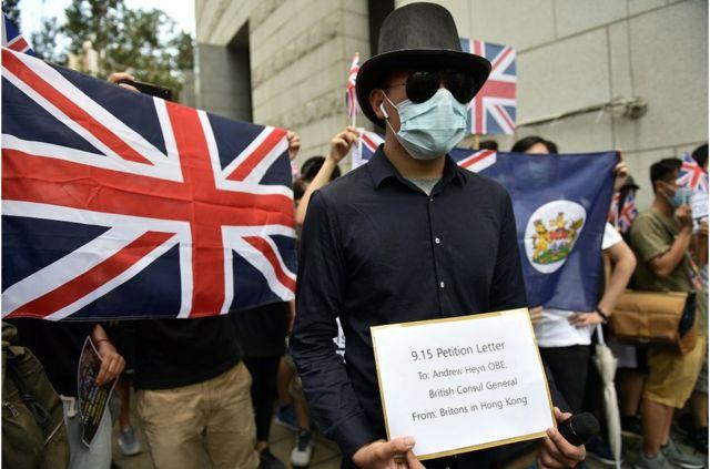 周日中午,數百人在英國駐香港總領事館前外請願,促請英國當局迫使中國正視《中英聯合聲明》