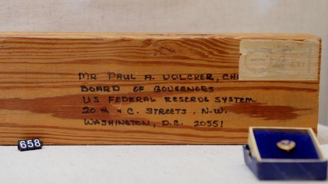 Un tablón, la dirección y una estampilla