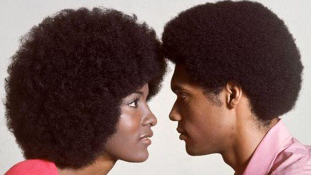 Casal com cabelo black se olhando de frente