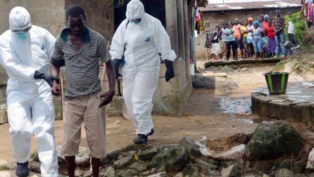Abaganga bafashe umurwayi wa Ebola