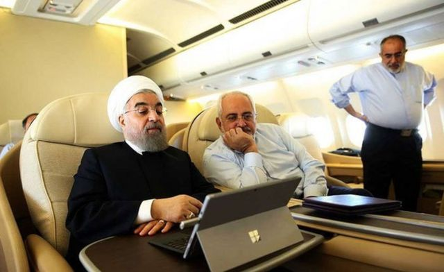آقای آشنا در سمت راست به همراه محمدجواد ظریف و حسن روحانی در راه نیویورک