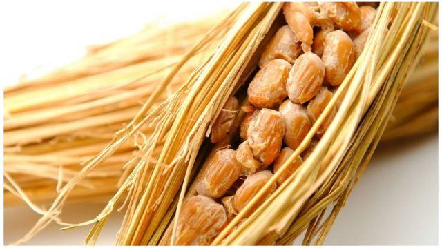 به طور سنتی، دانههای سویا را بعد از بخار دادن در نی میپیچیدند تا تخمیر شوند