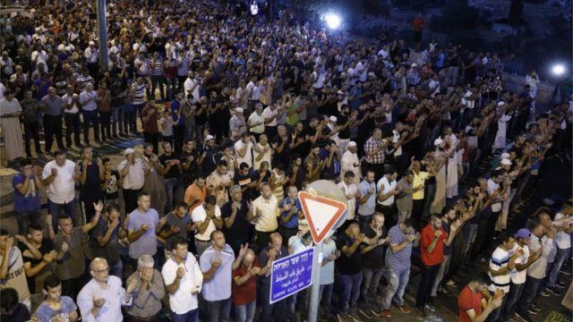 """فلسطينيون يصلون خارج بوابة """"الأسباط"""""""
