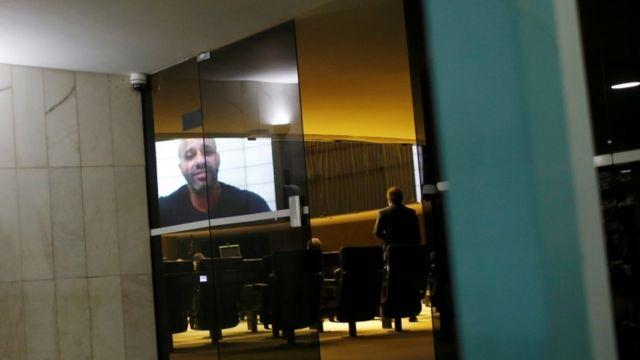 Daniel Silveira aparece falando no telão da Câmara