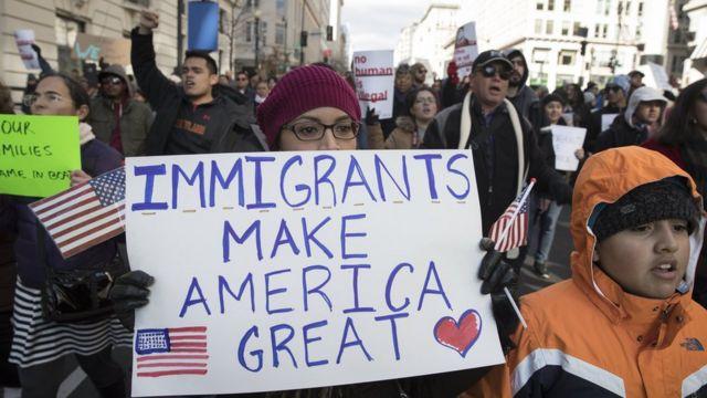 Protestocular Trump'ın seçim kampanyası sloganına atıfla 'Göçmenler Amerika'yı yüceltiyor' yazılı pankartlar taşıdı