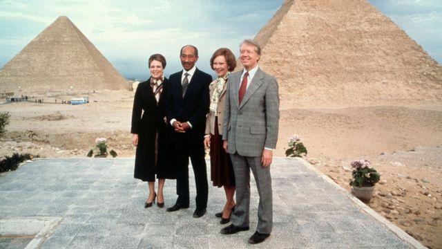الرئيس المصري أنور السد وزوجته جيهان يقفان مع الرئيس جيمي كارتر والسيدة الأولى روزاليند كارتر في الأهرامات خلال زيارة كارتر الدبلوماسية في 10 مارس 1979.