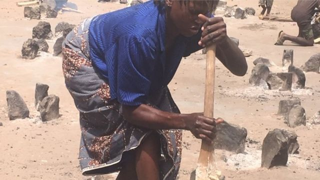 Dis woman di prepare food as she wait for goment epp