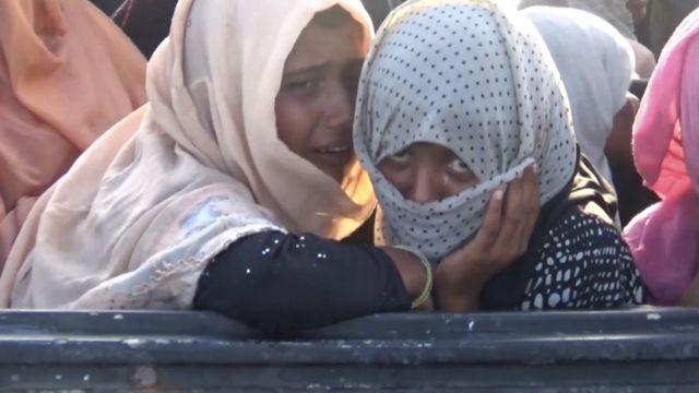 Dua perempuan etnis Rohingya yang menangis saat kapalnya akan ditarik ke darat oleh kapal nelayan Aceh, Kamis (26/06).