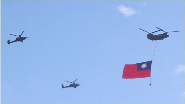 """2021年10月10日,台湾庆祝""""中华民国110年国庆""""双十节,一架直升机悬挂着中华民国国旗飞行。"""