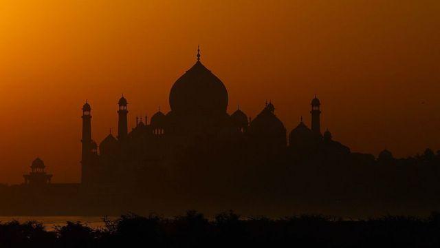 Vista panorámica del Taj Mahal al atardecer.