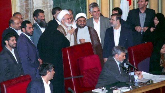 محمدرضا خاتمی نائب رئیس و مهدی کروبی رئیس مجلس ششم بود