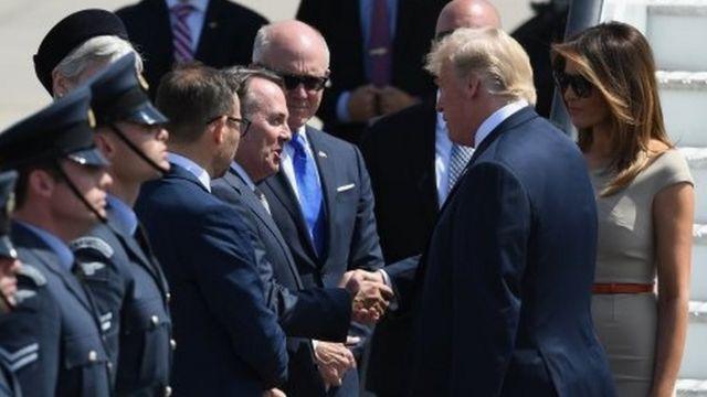ليام فوكس وزير التبادل التجاري الدولي البريطاني وممثل الملكة يرحب بالرئيس الأمريكي والسيدة الأولى