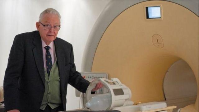 قاد مانسفيلد فريق البحث الذي طور التصوير بالرنين المغناطيسي