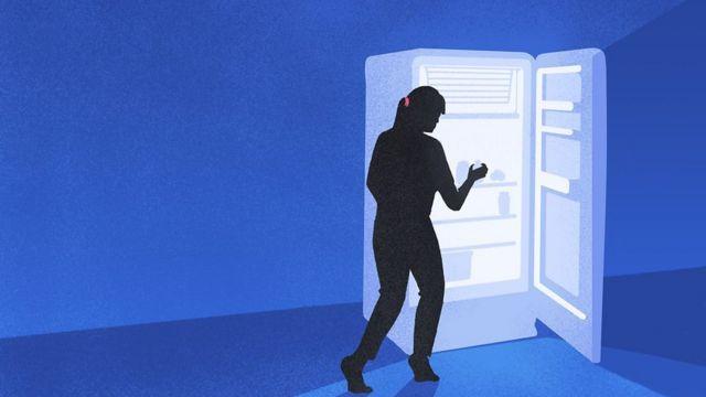 silhueta de mulher abrindo a geladeira