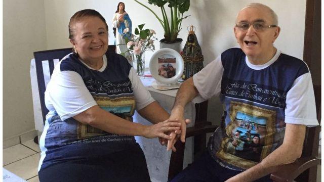 """Os aposentados Sônia e Robério Nogueira atribuem o que chamam """"milagre de sobrevida"""" dele à interseção dos mártires"""