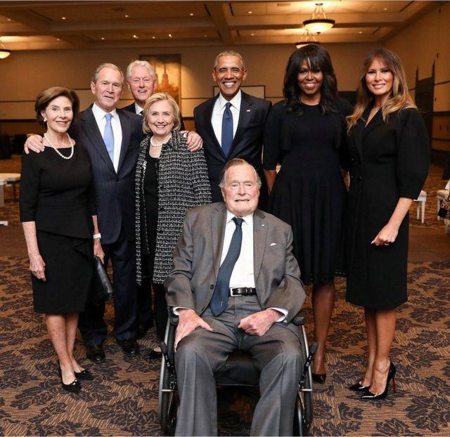 Джордж Буш-старший на похоронах своей жены в окружении бывших президентов и их супруг