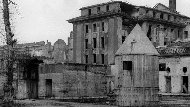 La entrada del bunker de Hitler en los jardines de la cancillería alemana.
