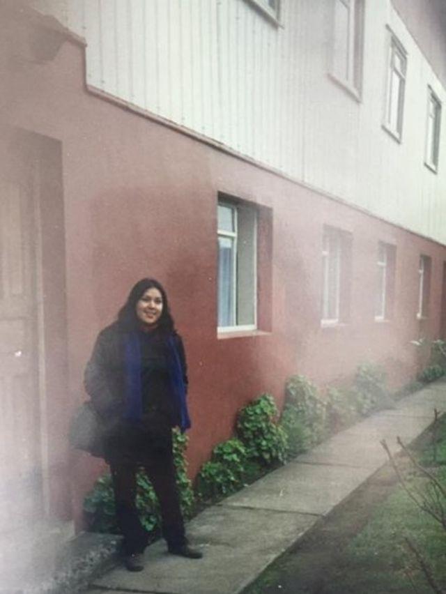 Maria no orfanato para o qual foi transferida após nascer. Foto tirada durante a sua visita em 1998