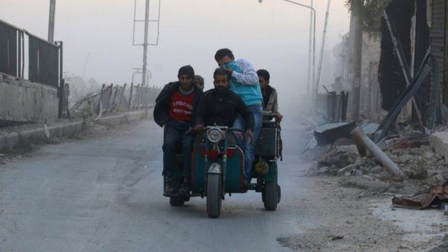 مدنيون يفرون من مناطق القتال