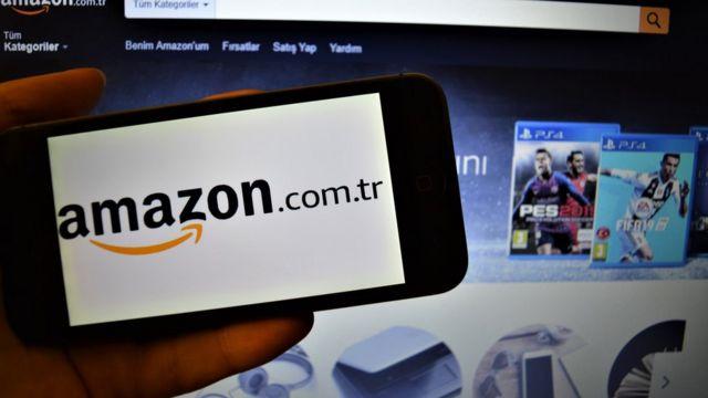 Una persona mira el sitio de Amazon en el teléfono.