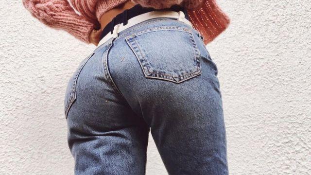 Trasero de Sophie Elise vistiendo jeans.