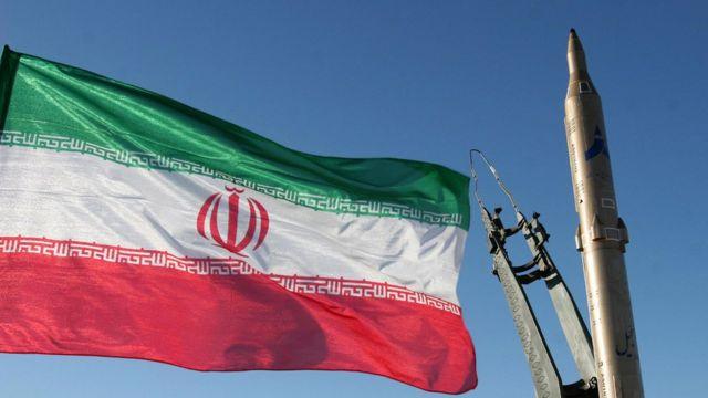 """Иранская ракета """"Саджил"""" и флаг Ирана"""