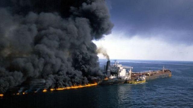 Aralık 1987'de İran-Irak savaşı sırasında Körfez'de alevler içindeki bir savaş gemisi