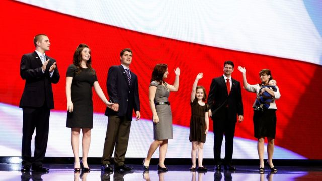 2008年の共和党全国大会で5人の子供、夫、娘の恋人と共に登壇したサラ・ペイリン氏(右端)