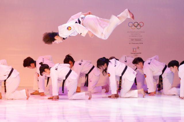 هنرنمایی ورزشکاران تکواندو در مراسم افتتاحیه المپیک زمستانی پیونگ چانگ کره جنوبی