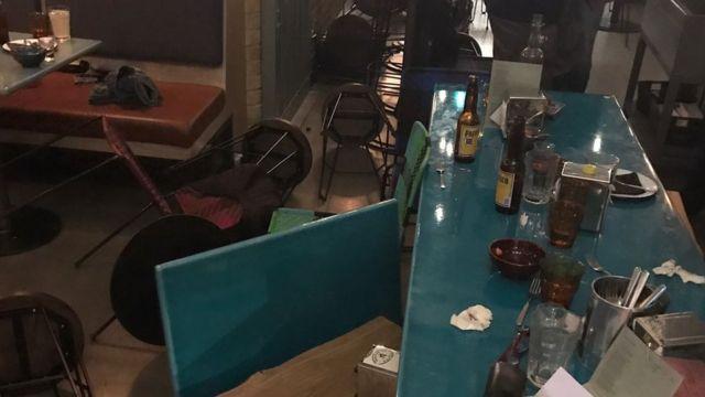 店の客は襲撃犯に椅子や瓶を投げつけた