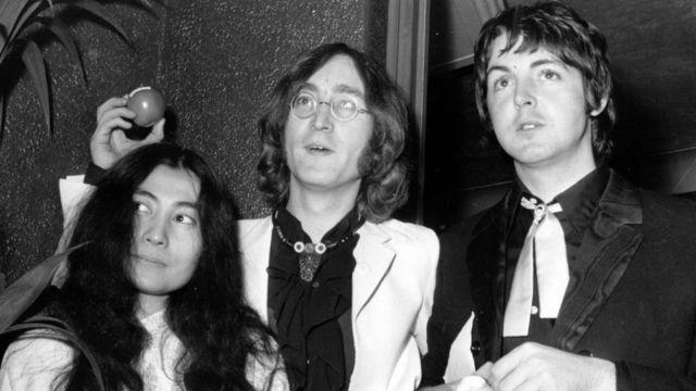 Йоко Оно, Джон Леннон и Пол Маккартни на премьер фильма 18 июля 1968 г.