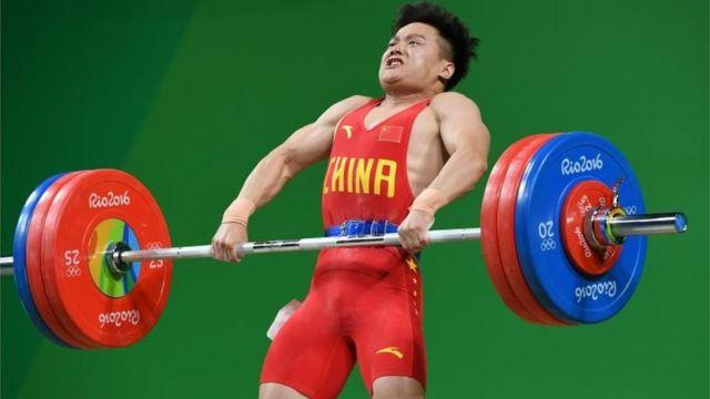 Long Qingquan se quedó con el oro en su categoría y con un nuevo récord mundial.