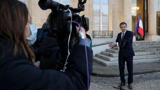 El ministro de Salud de Francia, Olivier Veran, habla con la prensa después de una reunión con científicos.