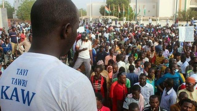 Ils ont tenu un meeting à la place de la concertation, devant le siège de l'Assemblée Nationale