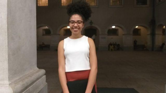 Letícia Chagas nas arcadas da faculdade de direito