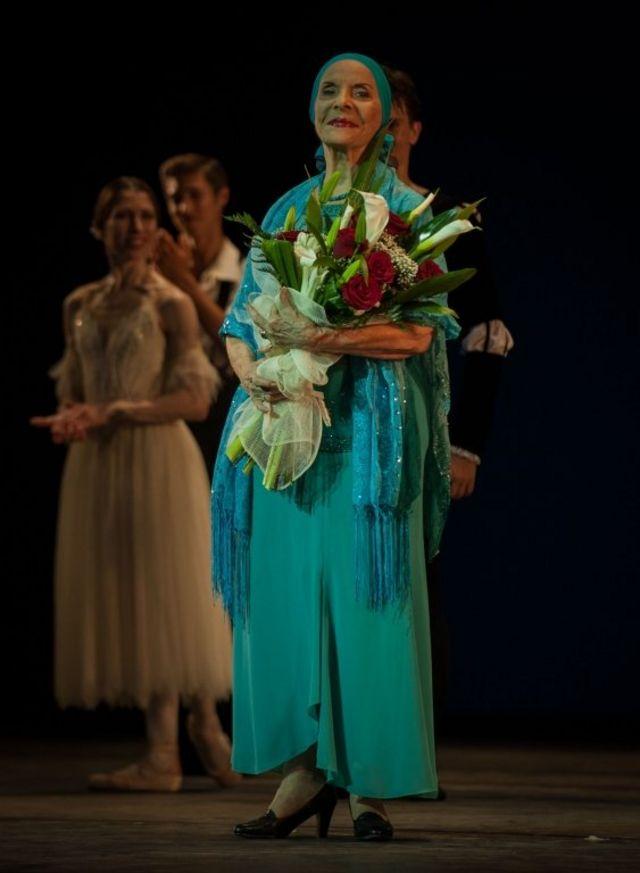 Alicia Alonso son flores en el escenario