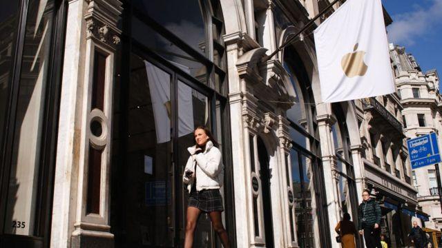 Mujer caminando en Londres.