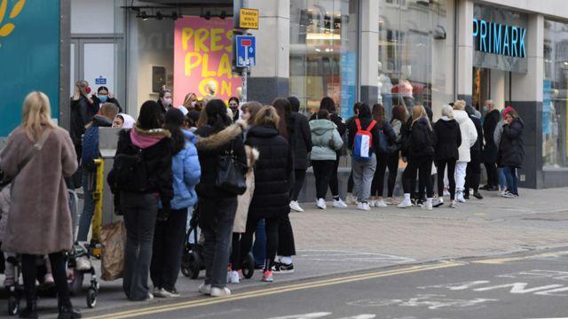 Brighton kentindeki Primark mağazasının önünde, açılıştan önce kuyruklar oluştu.
