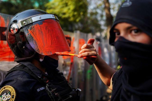 Policía con el casco pintado