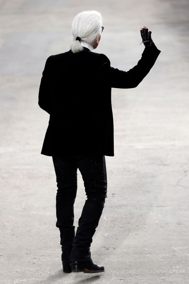 German fashion designer Karl Lagerfeld for Chanel dey greet di public for di end of im 2014 Spring/Summer ready-to-wear collection fashion show for di Grand Palais inside Paris.